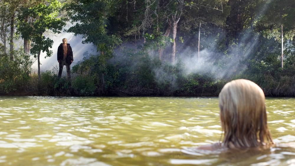 Whitney cùng đám bạn vẫn đến thám hiểm vùng hồ Crystal mặc cho nhiều lời đồi thổi về kẻ sát nhân máu lạnh trong phim ''Friday The 13th''