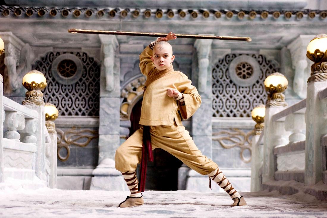 Cậu bé Aang - người nối dõi duy nhất và cuối cùng của Khí Quốc và đồng thời cũng kế thừa sức mạnh của một Tiết Khí Sư, lên đường tìm cách phục hồi lại cân bằng cho thế giới.