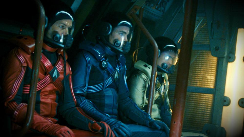Họ phải bắt tay cộng tác với nhau tìm cách ngăn chặn Thuyền trưởng Nero, thuộc tộc người Romulan, kẻ đang có âm mưu tàn sát toàn nhân loại.