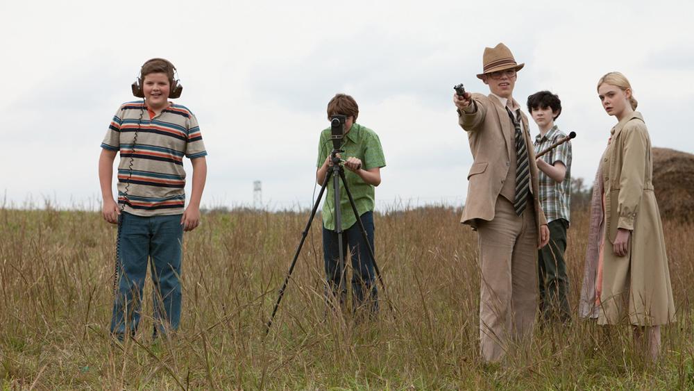 ''Super 8'' xảy ra vào mùa hè năm 1979 ở thị trấn Lillian, bang Ohio, Mỹ, xoay quanh một nhóm thiếu niên yêu thích điện ảnh và đang thực hiện một cuốn phim về những xác chết di động.