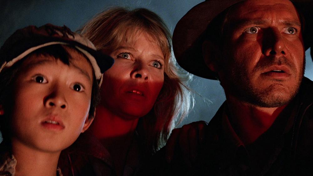 Giáo sư khảo cổ Indiana Jones cùng cùng cậu bạn nhỏ Quan Kế Huy và cô đào Willie Scott vô tình lạc đến một ngôi làng hẻo lánh của người Ấn Độ.