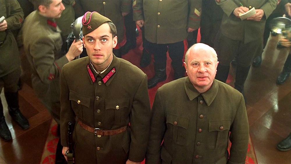 Vassili Zaitsev là lính bắn tỉa số một trong Hồng Quân Liên Xô, anh được ví như người anh hùng và là nguồn động viên tinh thần của toàn quân.