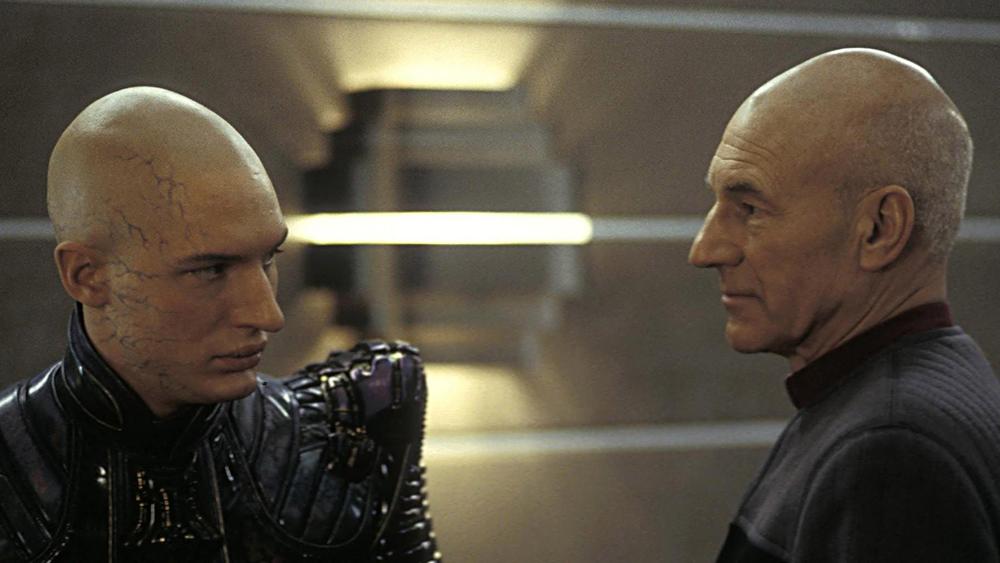 Nhưng khi con tàu tiến gần đến hành tinh Romulus, Picard và phi hành đoàn của mình lại lọt vào bẫy của kẻ xấu đại tài có tên Shinzon.