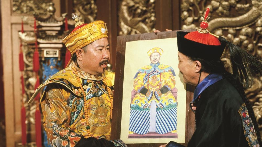 Theo đó, hoàng đế sẽ khôn khéo để dụ ông khoác Long bào, ngồi lên ngai vàng để thay hoàng thượng hoạ chân dung rồi kiếm cớ, khép Lưu Dung vào trọng tội phải trừng trị.