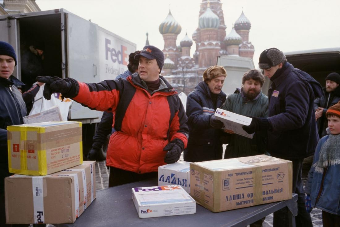 Tom Hanks vào vai Chuck Noland, một nhân viên cấp cao mẫn cán của FedEx.