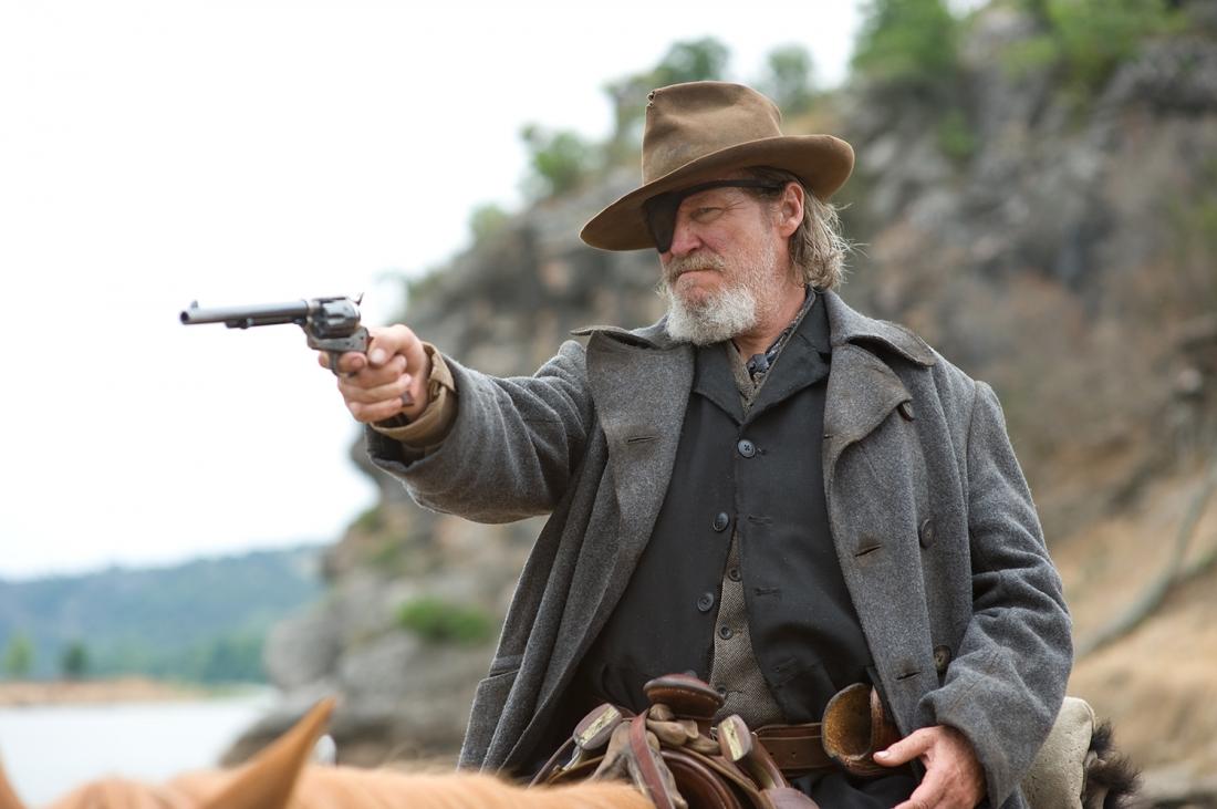 Có trái tim quả cảm nhưng cảnh sát trưởng Rooster Cogburn lại là một tên gàn dở, nghiện rượu và hiếu chiến.