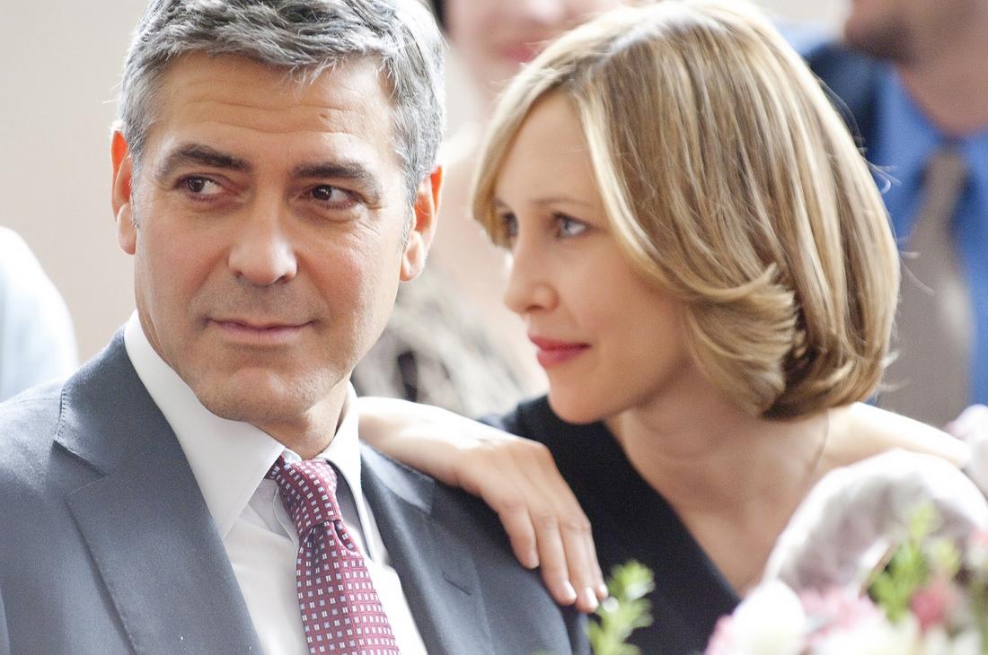 George Clooney trong vai Ryan Bingham và Vera Farmiga trong vai Alex Goran.