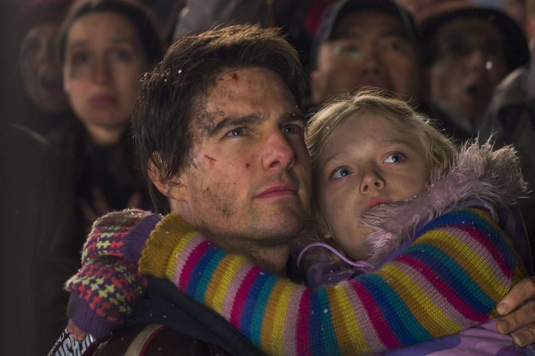 Ray Ferrie (Tom Cruise) luôn bất chấp hiểm nguy bảo vệ cô con gái bé nhỏ.