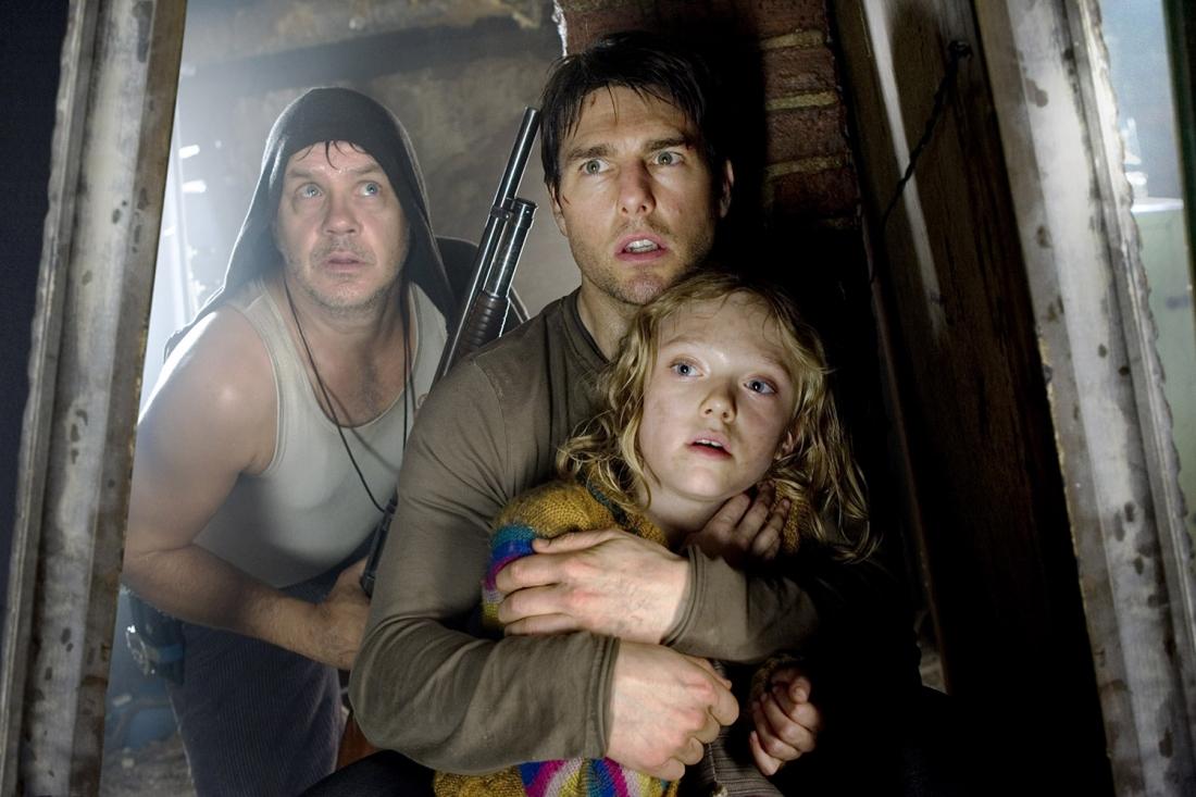 Tom Cruise trong vai Ray Ferrie và ''thần đồng nhí'' Dakota Fanning trong vai Rachel Ferrier.