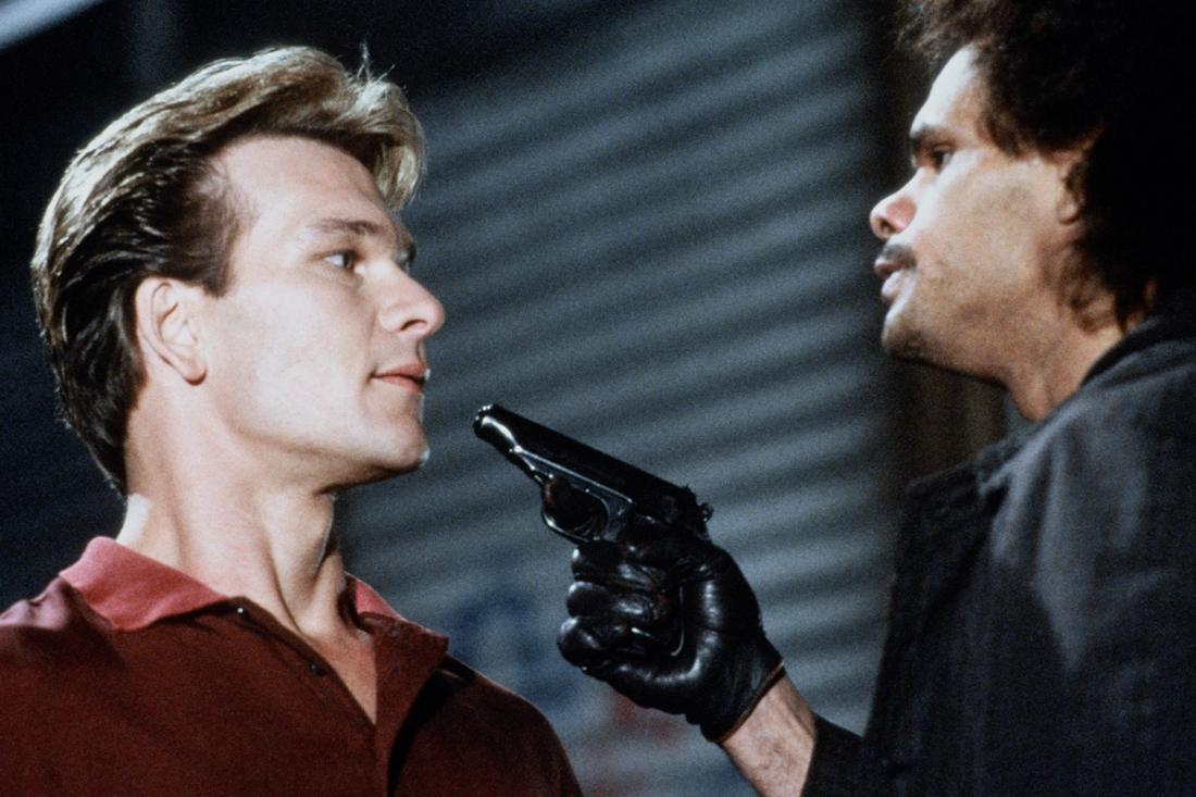 Trong một buổi hẹn hò, Sam bất ngờ bị một tên cướp sát hại và trở thành oan hồn lưu lạc trên trần gian.