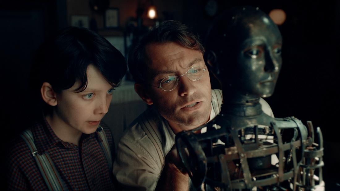 Hugo Cabret xem cha cậu chế tạo ra một chú robot.