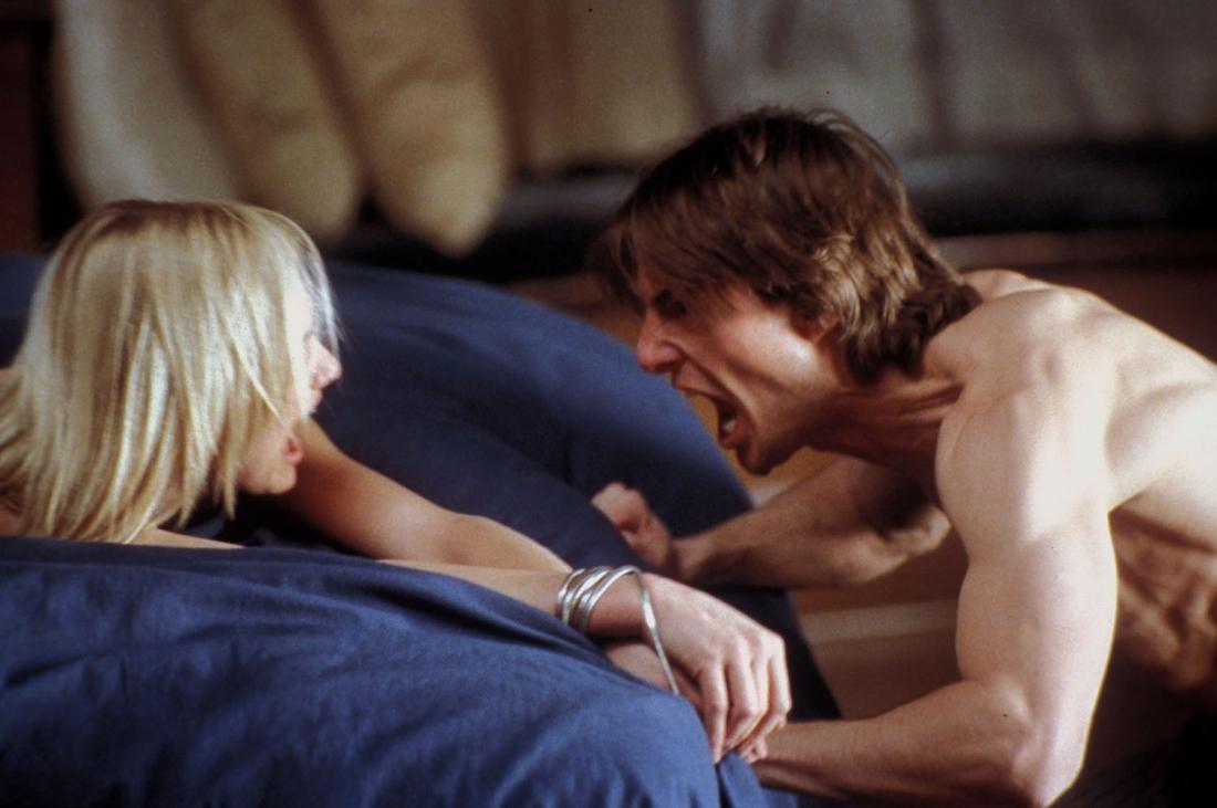 Sau tai nạn với Julie, khuôn mặt David bị biến dạng và hay có biểu hiện tâm lý bất thường.