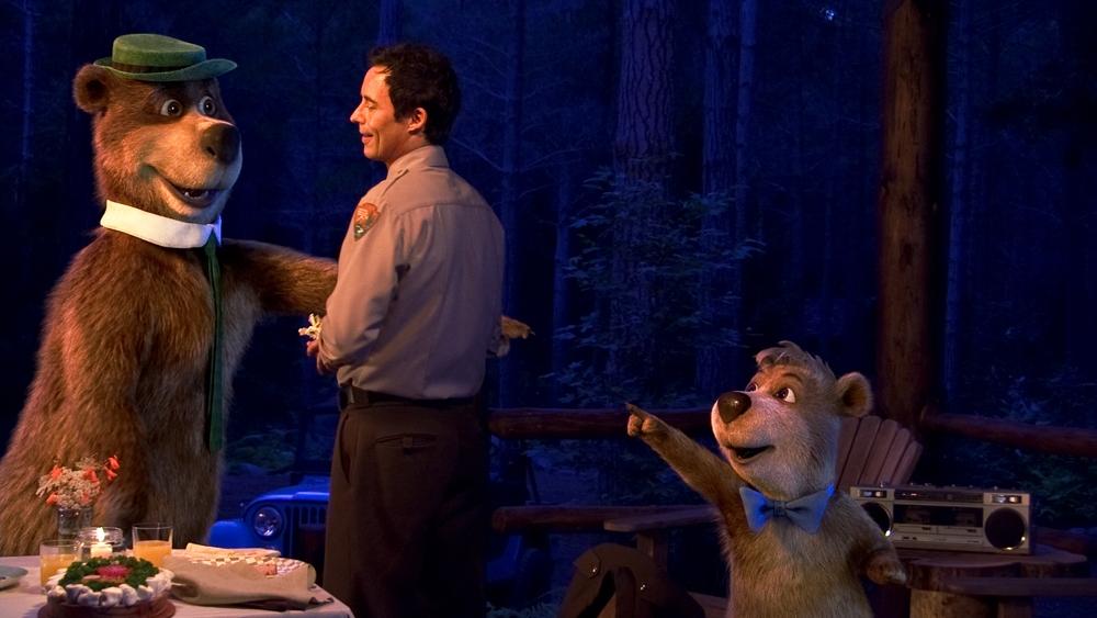 Trước tình cảnh đó, Yogi đành bắt tay với chàng kiểm lâm Smith để tìm cách cứu lấy Jellystone Park.