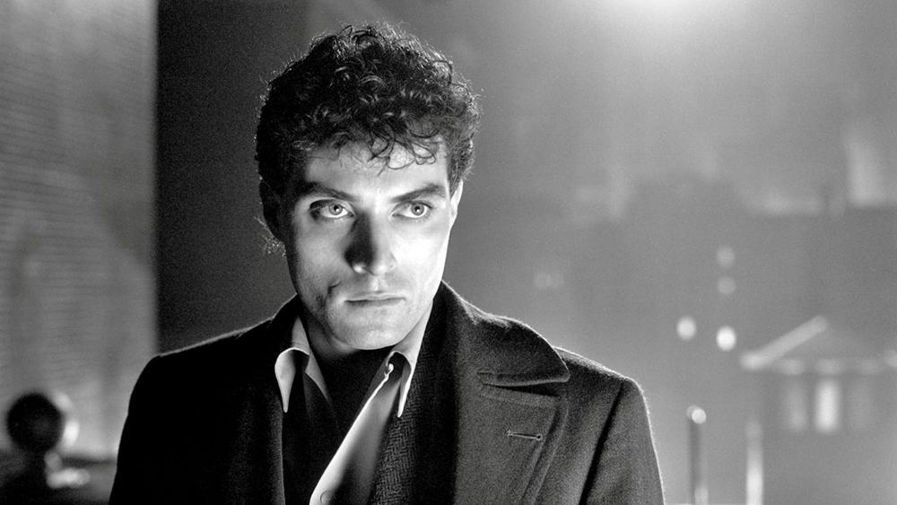 Lúc nửa đêm, John Murdoch - một người đàn ông bí ẩn bỗng phát hiện mình tỉnh dậy giữa một không gian xa lạ cùng với xác một phụ nữ trong phòng ngủ trong phim ''Dark City''