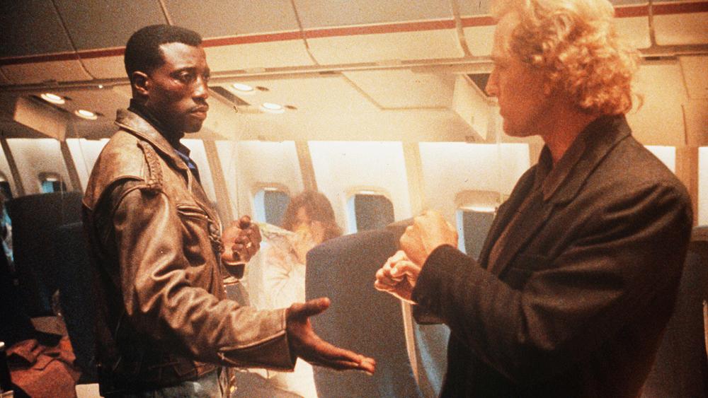 ''Passenger 57'' xoay quanh cuộc đấu trí và lực giữa tên trùm khủng bố khét tiếng Charles Rane và chàng cựu cảnh sát John Cutter trên chuyến bay mang mã hiệu 163 của hãng Atlantic International.