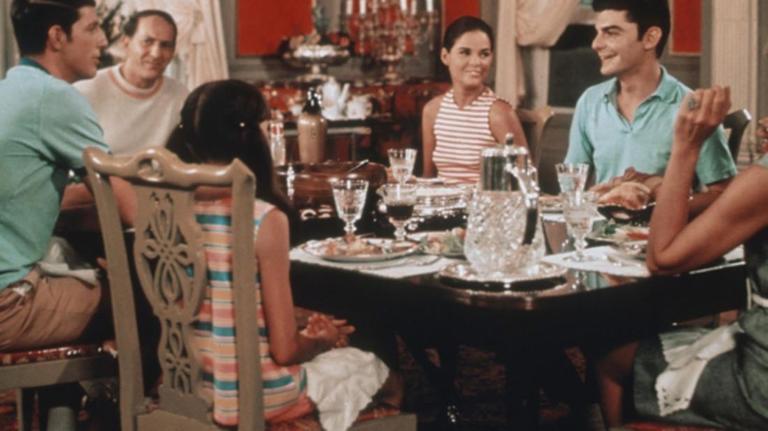 Nàng là công chúa người Mỹ gốc Do Thái với cuộc sống là do cha mẹ sắp đặt, còn chàng là một thanh niên ít lệ thuộc vào gia đình.