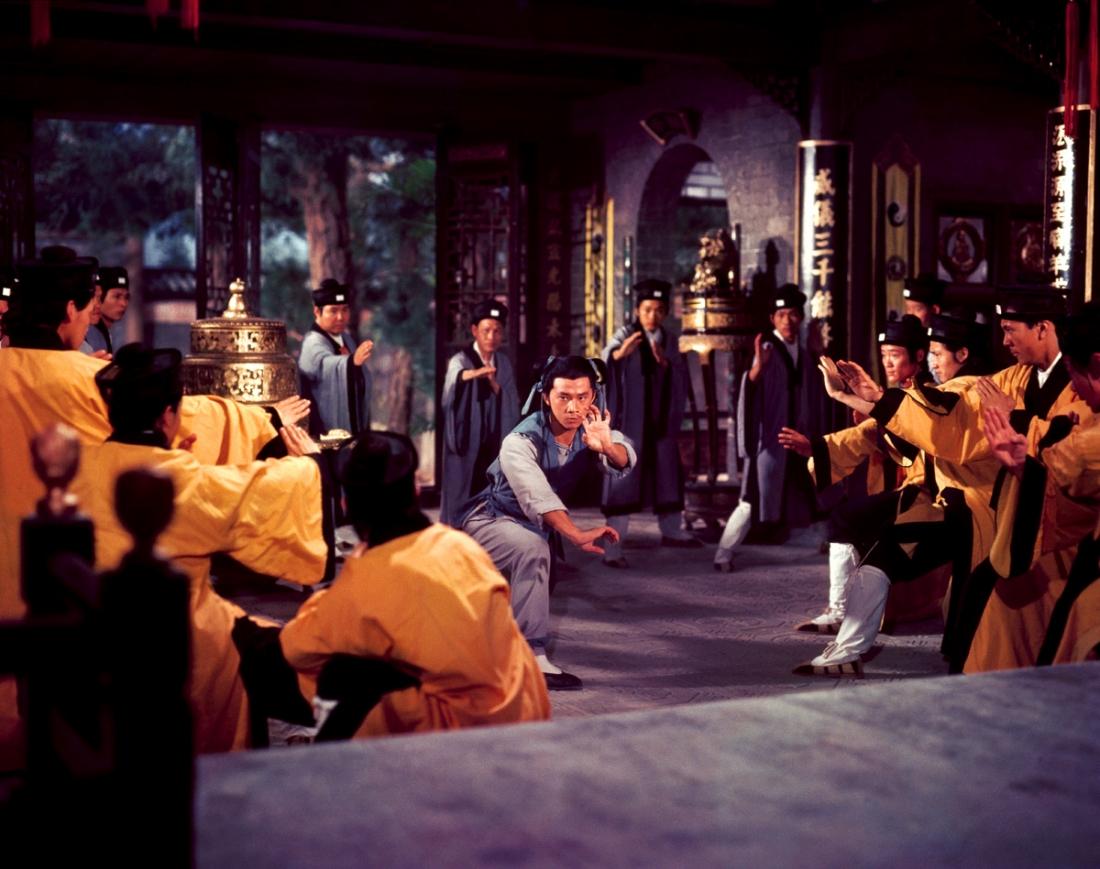 Biết được các cuộc nổi dậy đang sử dụng Thiếu Lâm Tự là nơi ẩn náu bí mật, triều đình Mãn Châu đã cho người đến đàn áp.