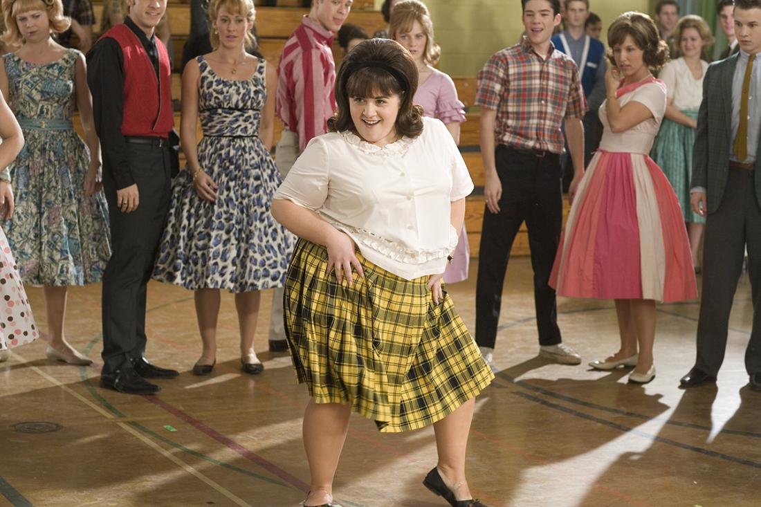 ''Hairspray'' là câu chuyện kể về quá trình biến đổi của Tracy Turnblad, một cô bạn tuổi teen say mê khiêu vũ cuồng nhiệt nhưng luôn bị chế giễu bởi thân hình tròn trĩnh của mình.