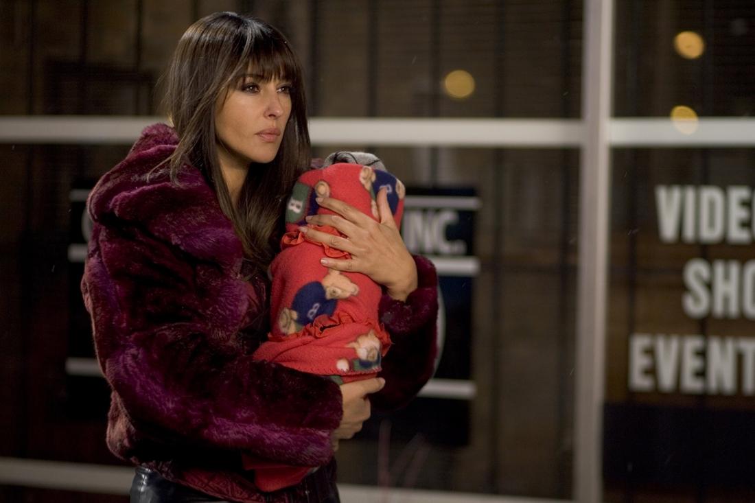 Smith mang đứa trẻ đến nhờ Donna Quintano cho bú mớm.