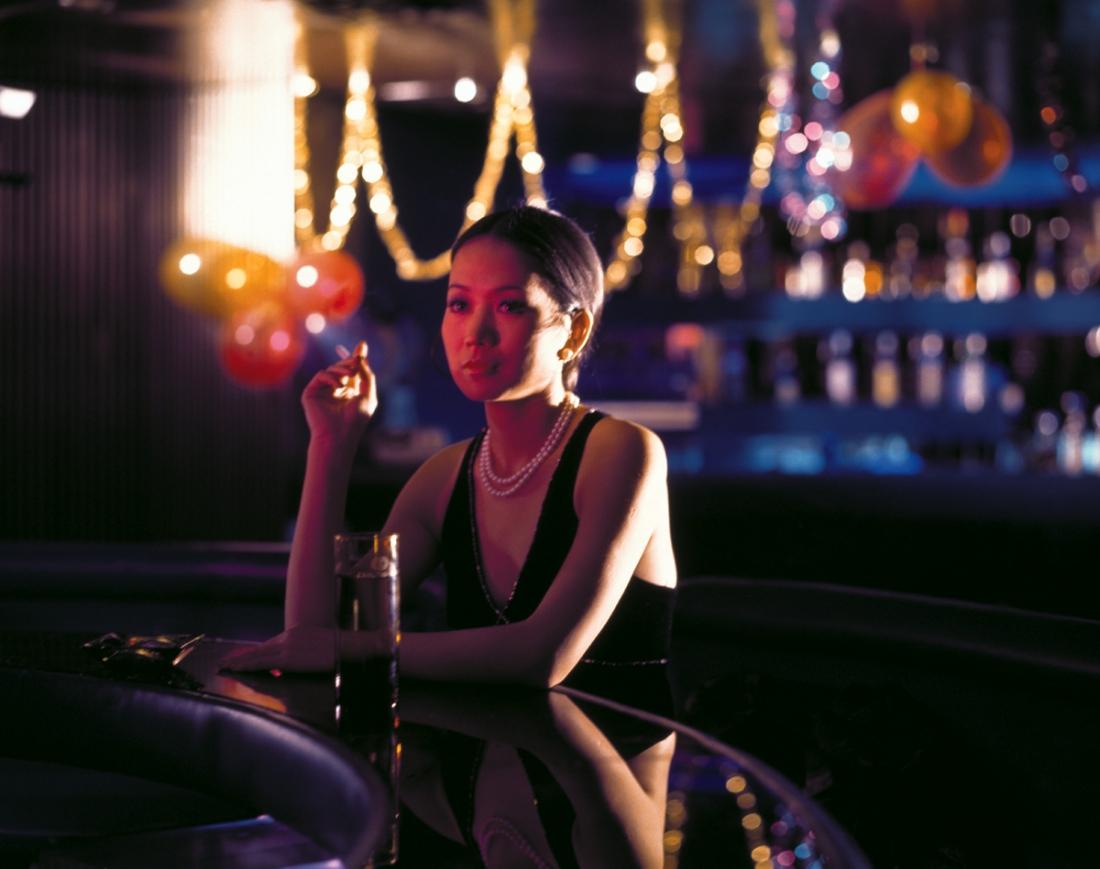Julie là cô tiếp viên trong quán rượu với một quá khứ đau buồn.