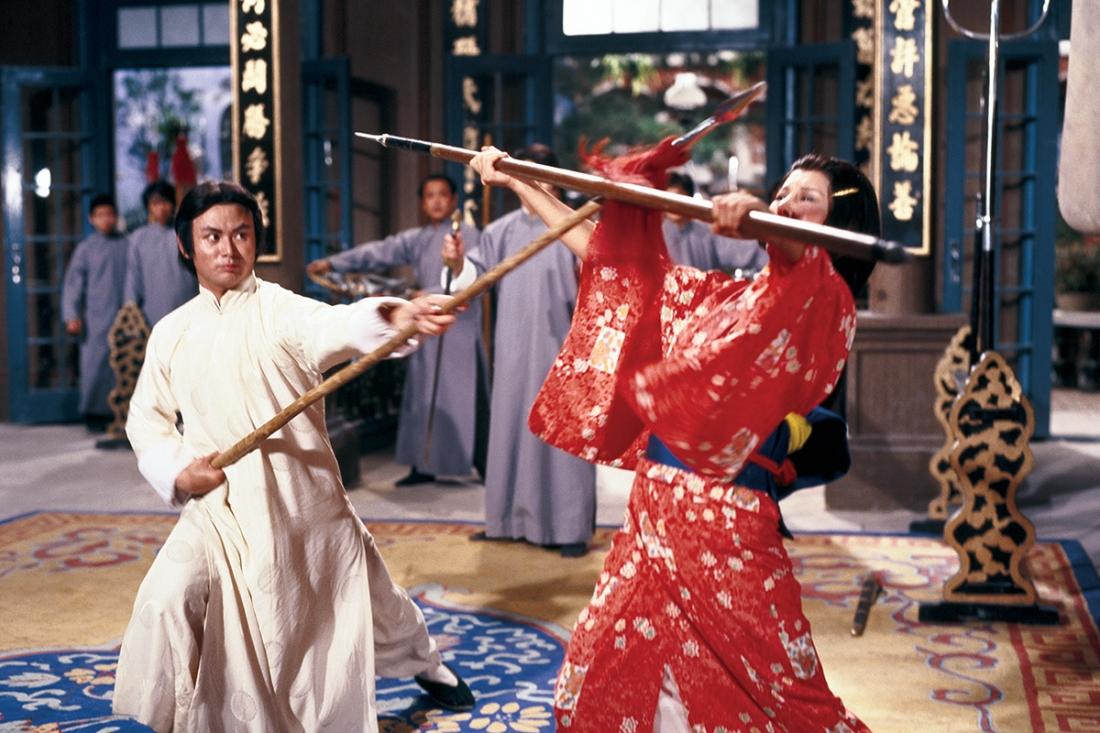 Hà Tào muốn vợ luyện võ công Trung Hoa nhưng cô một mực từ chối khiến đôi bên cãi nhau nảy lửa dẫn đến việc mang võ công ra tỷ thí.
