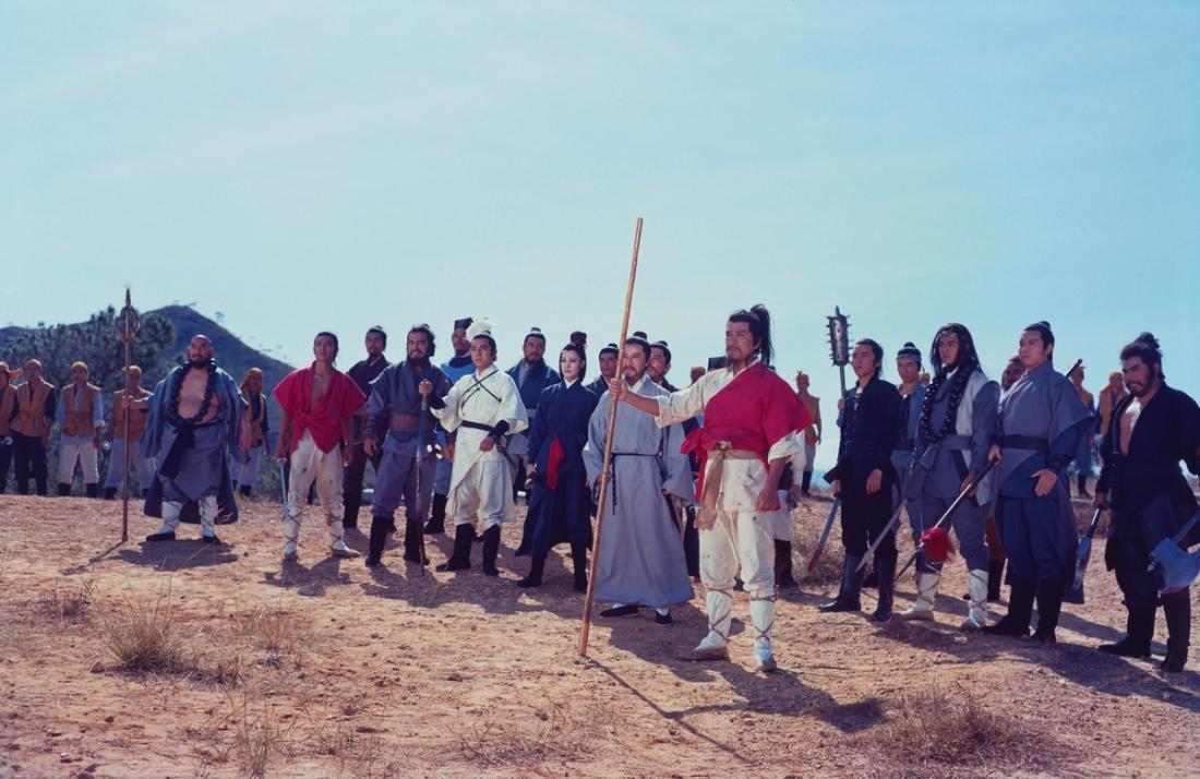 Trong vùng rừng núi Lương Sơn, một nhóm kỵ binh dũng cảm và yêu nước đoàn kết lại để chống lại chế độ độc tài và bạo ngược của gã chỉ huy Lương Trung Sách của quân Đại Minh Phủ và tay chân.