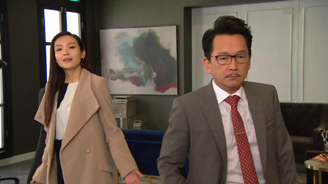 Hai nhân vật Trác Nghi Trung và Lưu Cẩn Xương trong một cảnh phim.