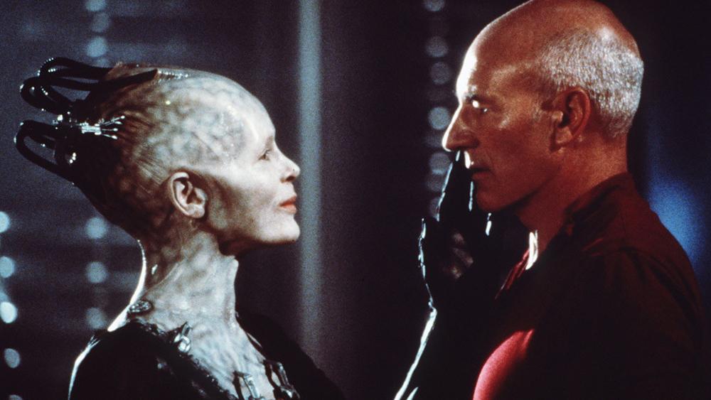 Thuyền trưởng Jean-Luc Picard, người được yêu cầu không xen vào cuộc chiến giữa Borg Cube và con tàu đến từ Federation.