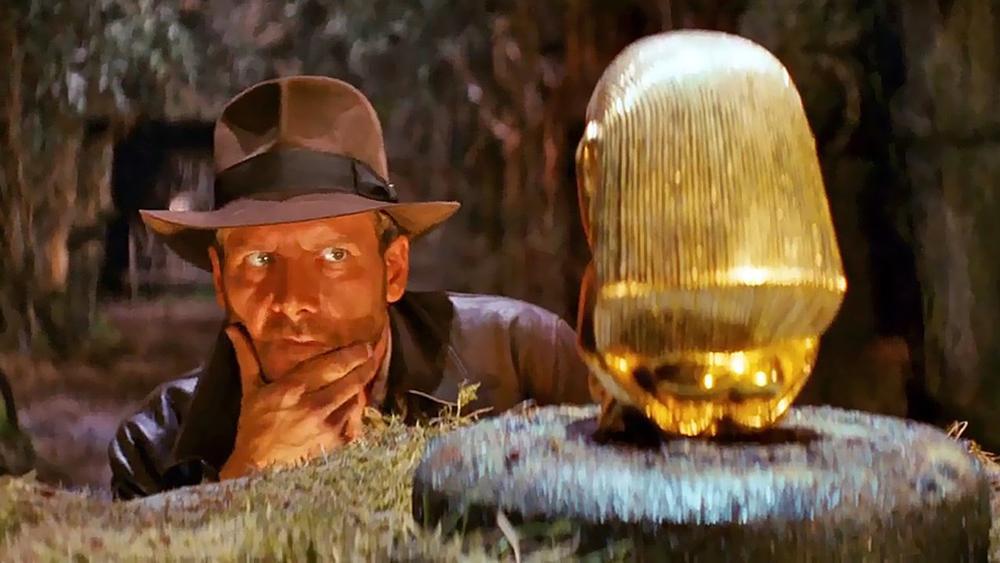 Mùa xuân năm 1936, giáo sư khảo cổ học Henry ''Indiana'' Jones vừa thoát chết trong đường tơ kẽ tóc ở một ngôi đền Nam Mỹ chỉ vì một bức tượng vàng.