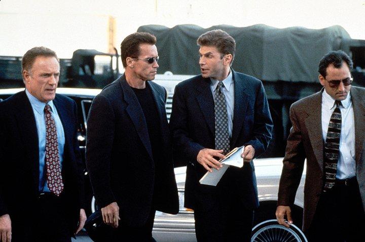 Nhiệm vụ lần này của John Kruger là bảo vệ Lee Cullen - nhân viên của Tập đoàn Cyrez, cũng là nhân viên nằm vùng của FBI.