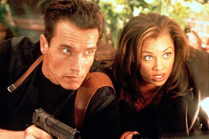 Lee Cullen đã phát giác ra loại vũ khí sử dụng từ trường mà tập đoàn Cyrez đang nghiên cứu nên bọn chúng đã lên kế hoạch trừ khử cô.
