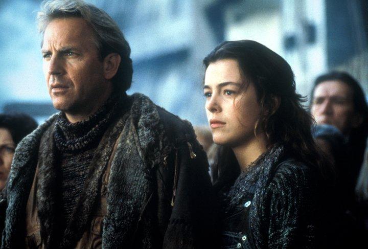 Kevin Costner trong vai người đưa thư và Olivia Williams trong vai Abby.