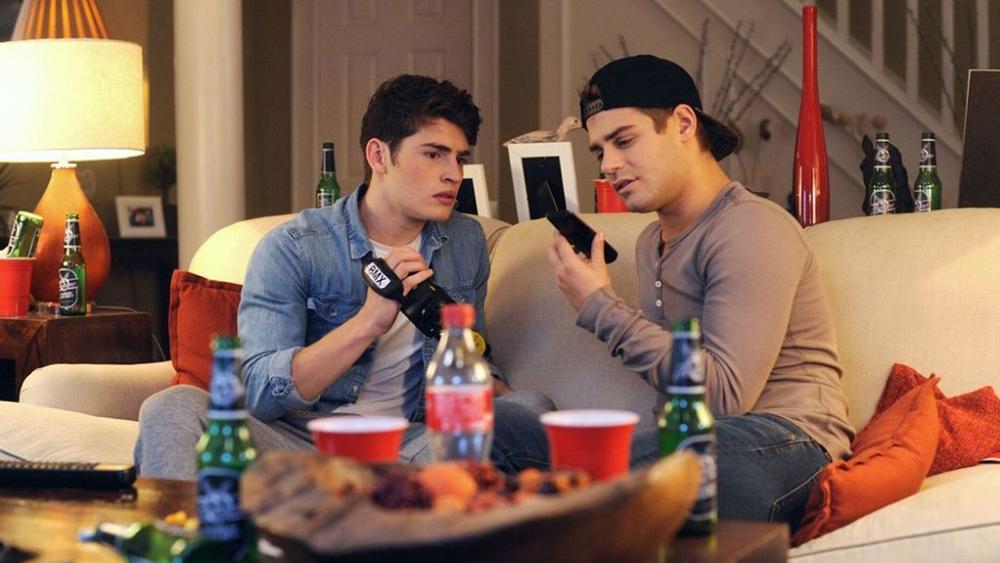 Sam và Brady là những cậu học sinh trung học bình thường, luôn bày trò gọi điện chọc phá người khác rồi đăng tải lên mạng để kiếm hàng triệu lượt xem trong phim ''Don't Hang Up''