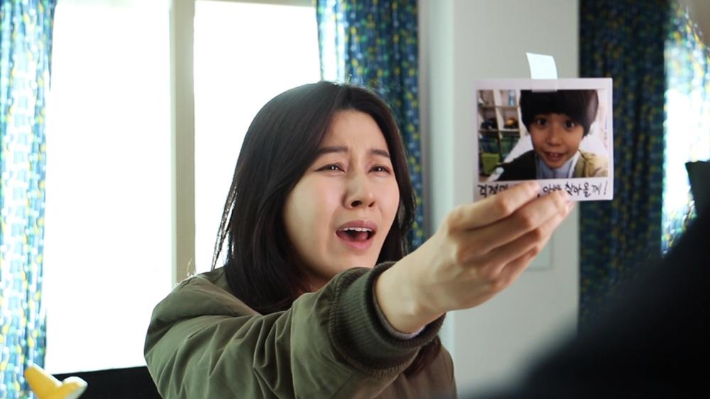 Mi Yeon là một phụ nữ thành đạt, quyết định sống độc thân và sinh con bằng phương pháp thụ tinh nhân tạo trong phim ''Making Family''