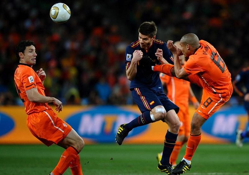 Pha vào bóng kinh hoàng của Nigel de Jong vào ngực của Xabi Alonso tại World Cup 2010.