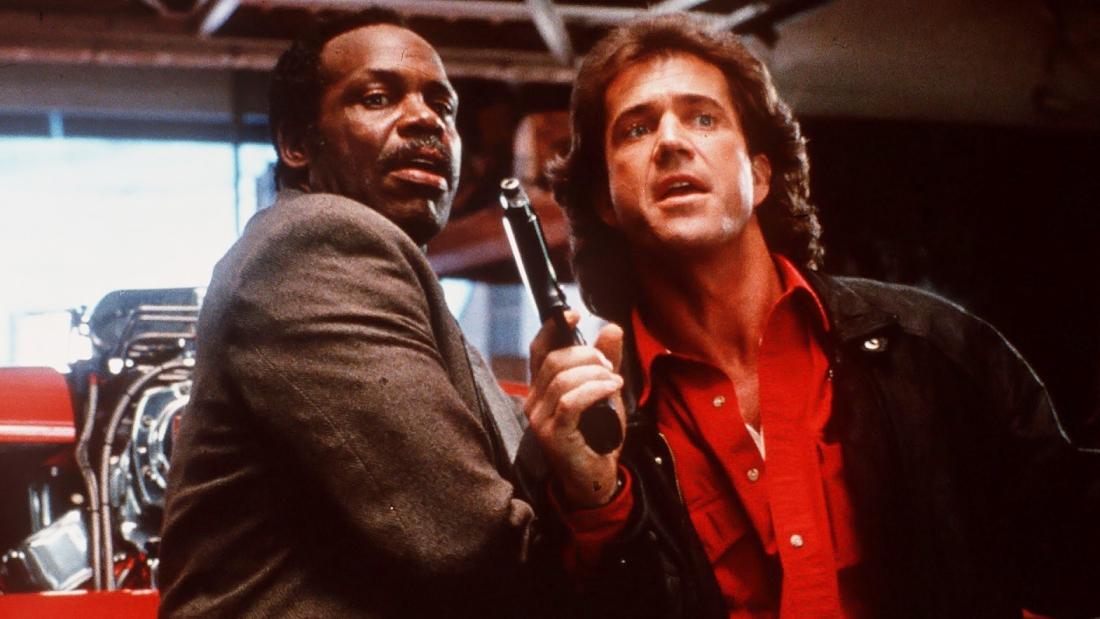 Murtaugh là một cảnh sát sắp về hưu, còn Riggs là một cảnh sát trẻ vừa mất vợ.