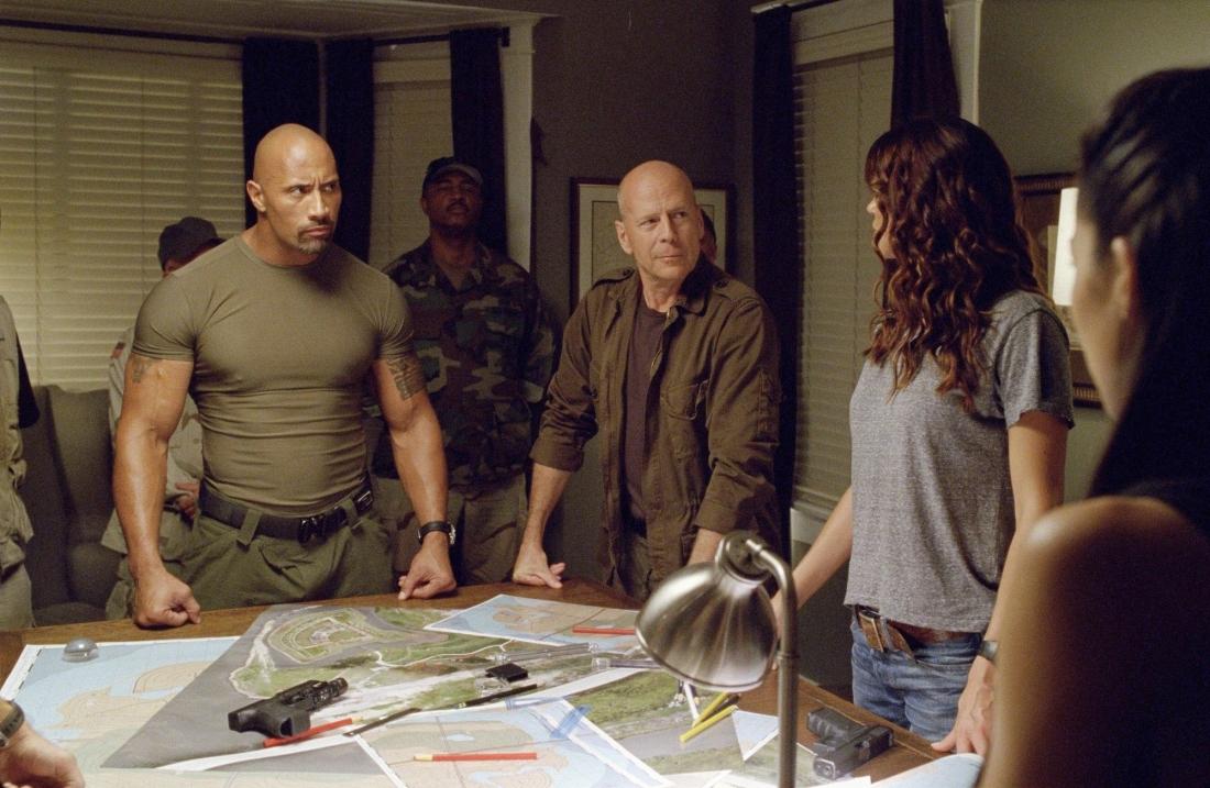 Ngoài việc chuyển giao vai trò đội trưởng cho Roadblock còn là sự xuất hiện vô cùng thú vị của Bruce Willis trong vai tướng Joe.