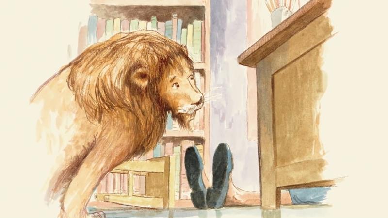 Cô trông giữ thư viện chạy ra đón chú sư tử về.