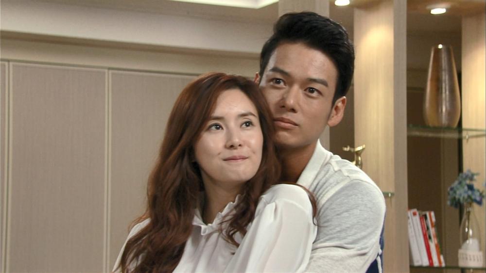 Eun Hyun Soo là cô gái nhà nghèo được bước chân vào giới thượng lưu nhờ kết hôn với Bok Soo Ho - Tổng Giám đốc công ty Daebok.