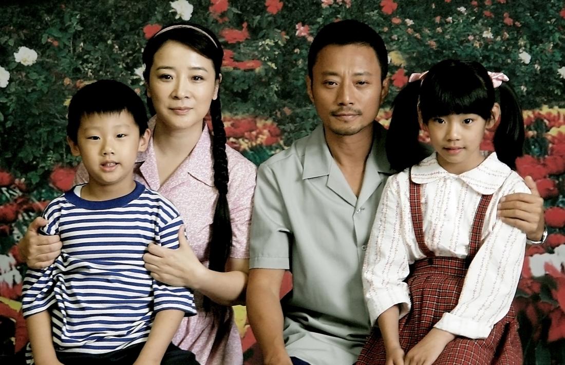 Gia đình ông Vân, bà Lý cùng hai đứa con sinh đôi Tiểu Đăng và Tiểu Đạt cùng sống cuộc sống hạnh phúc ở Đường Sơn.