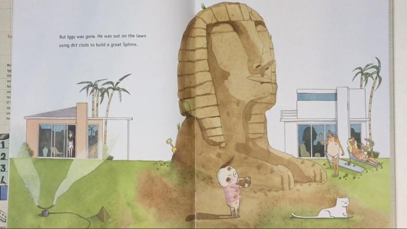 Chú bé ra ngoài để tự tay làm một con nhân sư bằng cát.