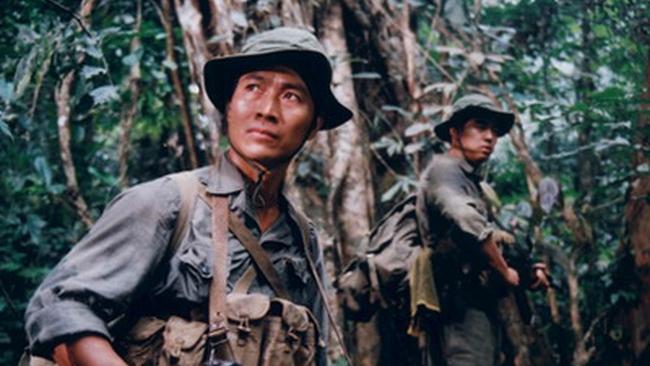 Tân và An là hai chiến sĩ quân bưu mặt trận, nhận lệnh vận chuyển một công văn thượng khẩn giữa chiến trường ác liệt.
