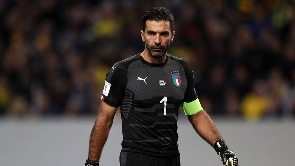 """Tan trận Italia hòa 0-0 trước Thụy Điển (thua 0-1 ở lượt đi), Buffon được phỏng vấn nhanh bởi truyền thông xứ sở mỳ ống. Trong giây phút buồn bã vì không được dự World Cup, Buffon liên tục rơi nước mắt.  """"Tôi không tiếc cho bản thân mình mà cho bóng đá It"""