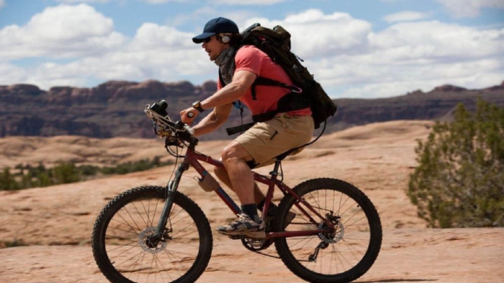 Chàng trai trẻ Aron Ralston với tâm hồn thích thám hiểm đã có trải nghiệm sinh tử tại một hẻm núi ở Utah.