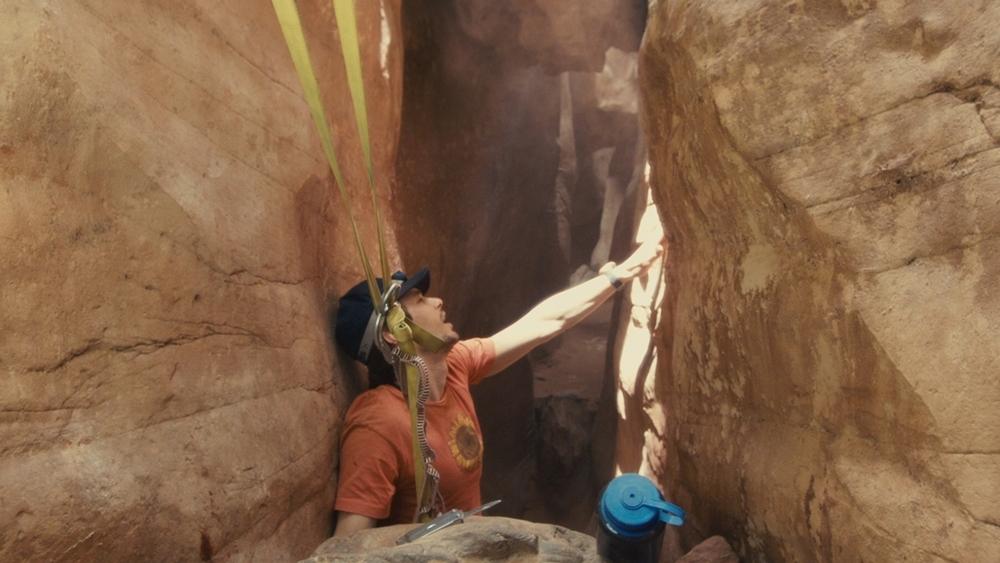 Anh vô tình bị mắc kẹt vào một tảng đá, không có sự trợ giúp từ bên ngoài, Aron phải tìm cách tự cứu lấy mình.