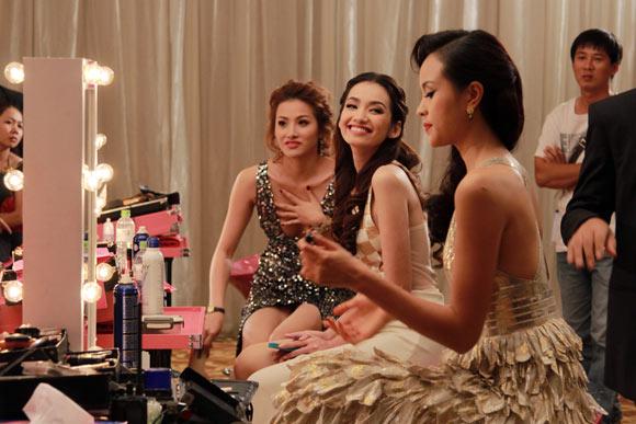 Anne đã gặp gỡ và kết bạn với 3 cô người mẫu chân dài mà cô nghi ngờ họ chính là tình địch của mình là Mimi, Bảo Trang và Hà My.