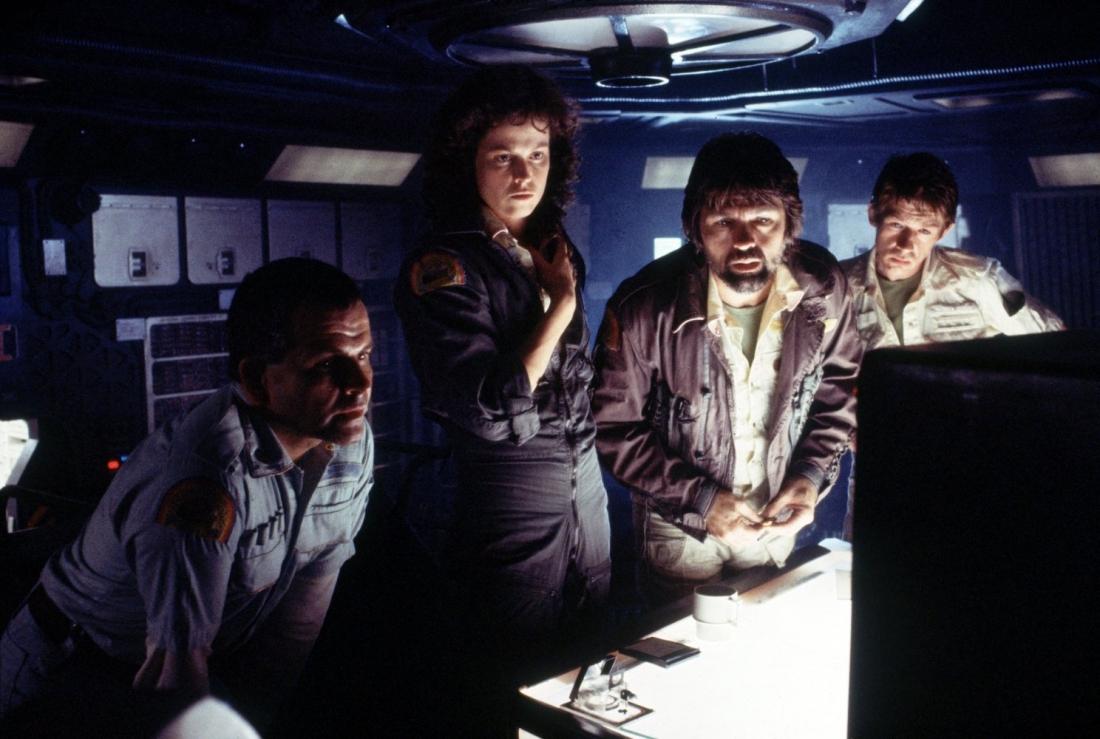Phi thuyền Nostromo đang trở về Trái Đất dưới sự chỉ huy của nữ thuyền trưởng Ellen Ripley thì nhận được tín hiệu cấp cứu từ một con tàu lạ.