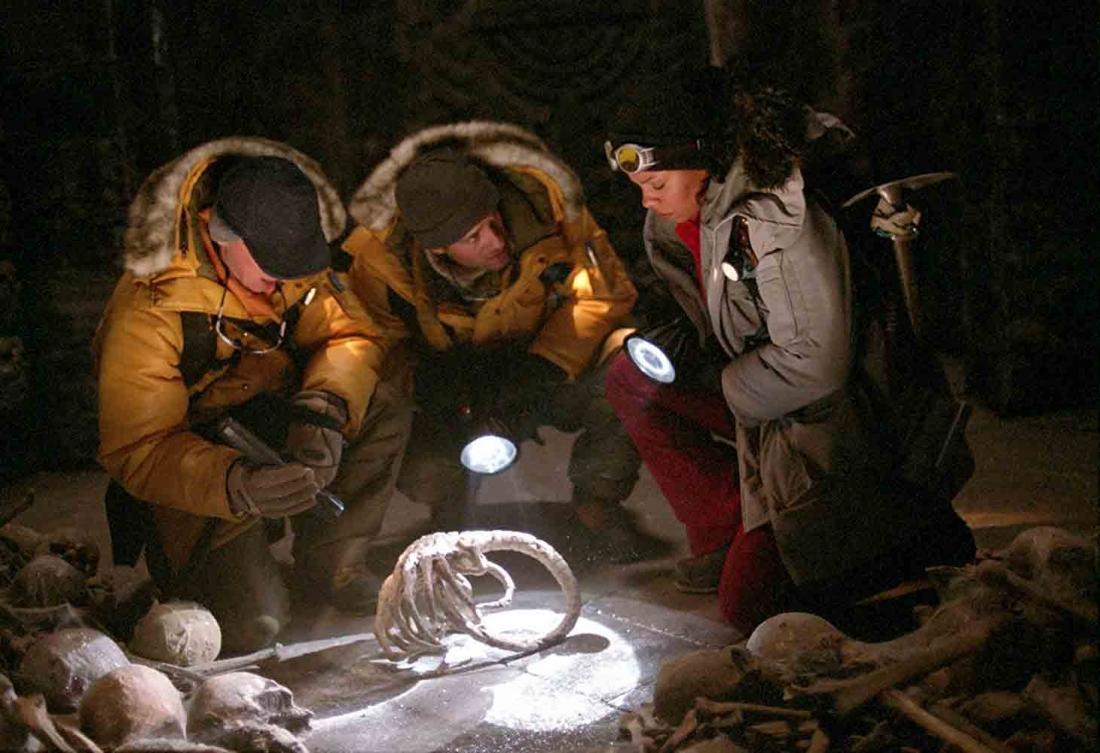 Chuyện phim xoay quanh nhóm khoa học gia phát hiện ra những nghi lễ cổ xưa liên quan tới chủng loài thợ săn ngoài hành tinh Yautja và quái vật Xenomorph.