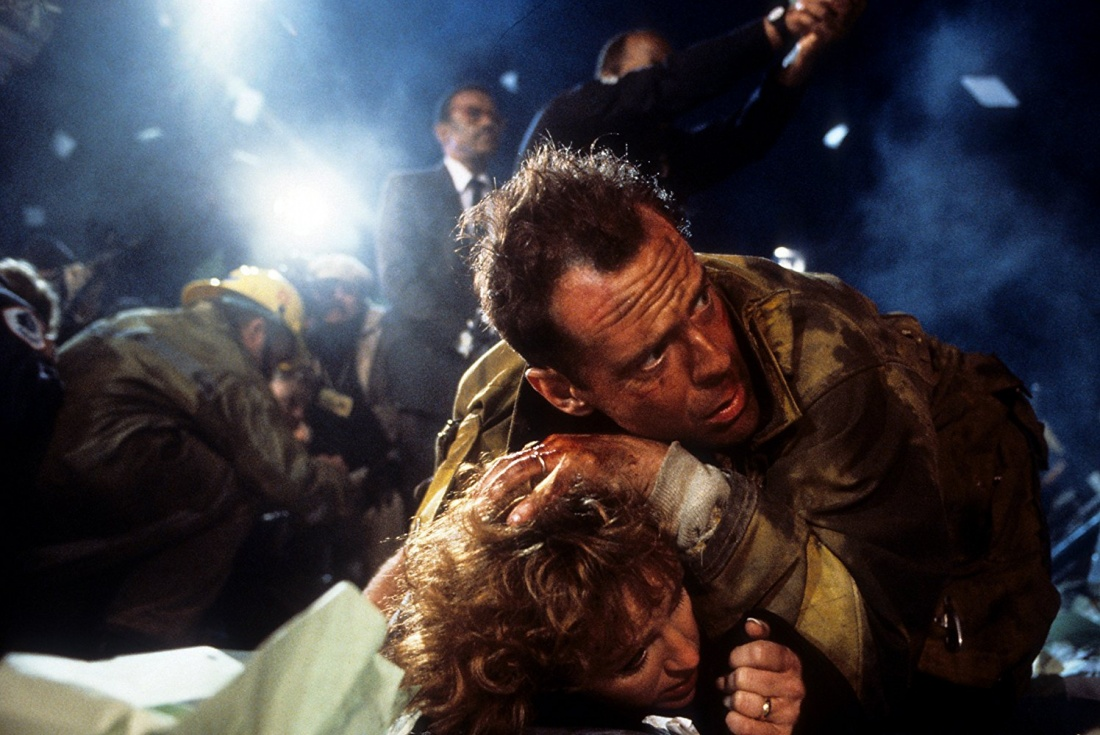 Khi hai vợ chồng John McClane tới trụ sở của tập đoàn Nakatomi - nơi Holly đang làm việc để tham dự tiệc Giáng sinh thì bất ngờ một nhóm cướp, cầm đầu là Hans Gruber ập tới.