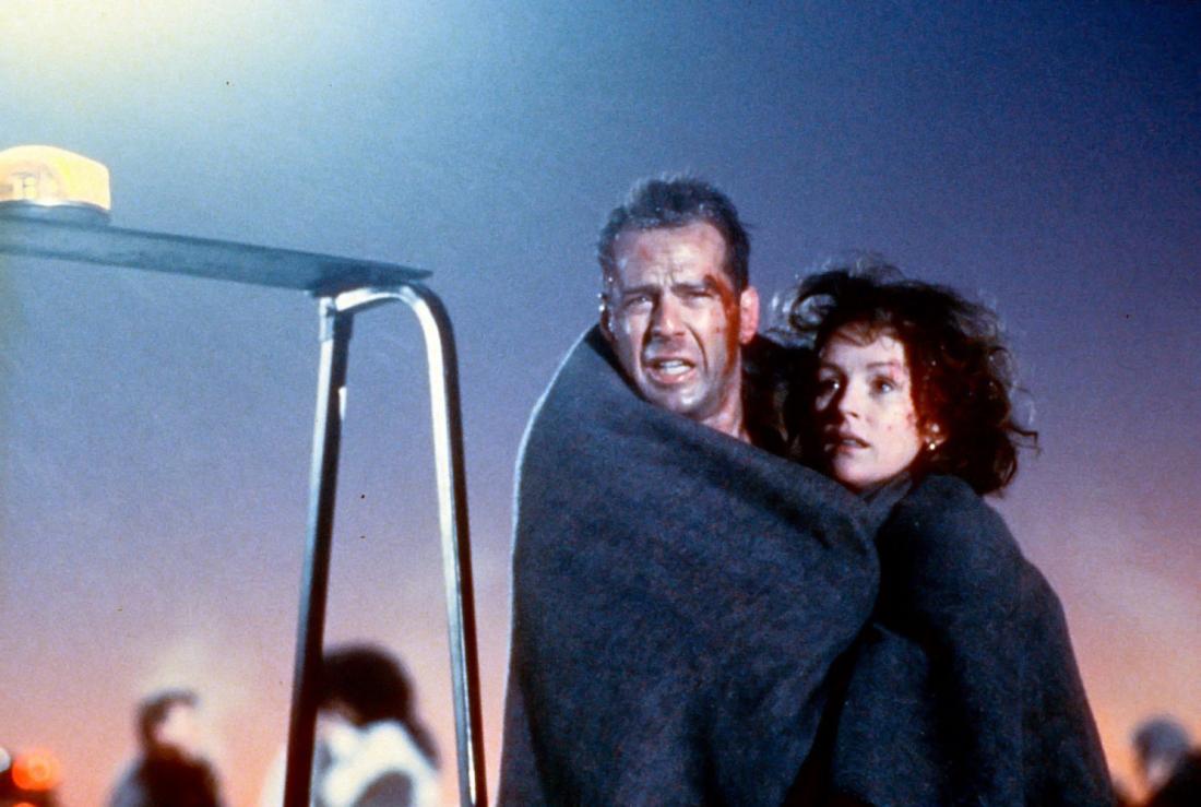 Cảnh sát John McClain vô tình có mặt tại sân bay Dulles vào buổi sáng hôm ấy để chờ đón vợ anh trở về trên một trong những chuyến bay sắp hạ cánh.